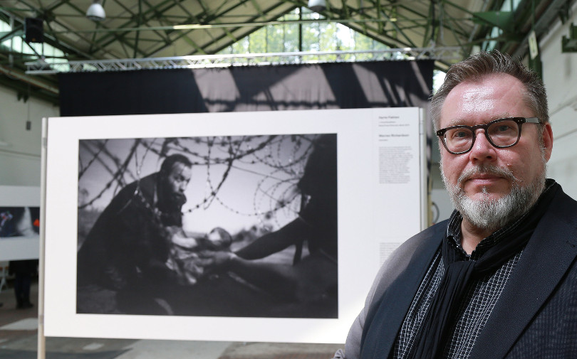 Karl Lundelin von der World Press Photo Foundation vor dem Gewinnerbild von Warren Richardson. (Foto: Anja Cord)