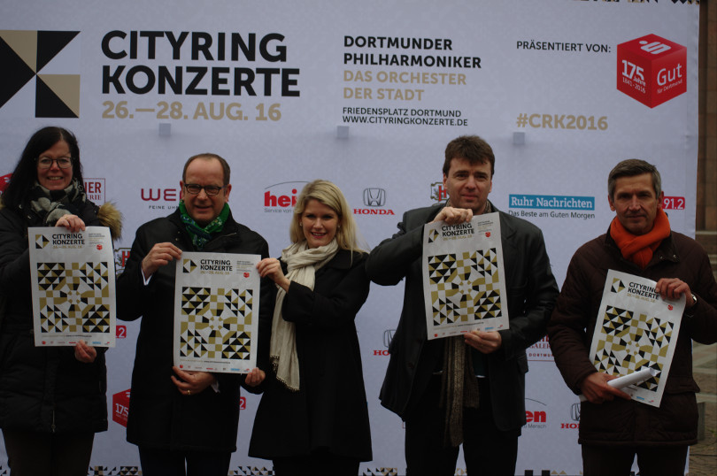 Hoffen auf gutes Wetter: für die vier Konzerte (v.l.n.r.) Sabine Gliniewicz (Sparkasse Dortmund) Dirk Rutenhofer (Cityring), Ashley Thouret (Sängerin Oper Dortmund), Generalsmusikdirektor Gabriel Feltz (Dortmunder Philharmoniker) und Frank Schulz (City Marketing Dortmund)